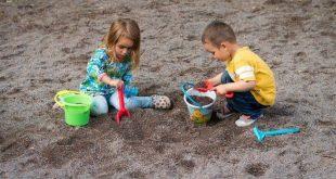 صورة اطفال يلعبون بالرمل , الرمل وابداع الطفل