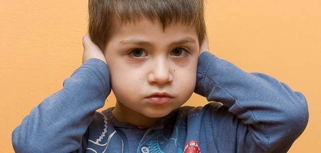 صورة اعراض التوحد عند الاطفال وعلاجه , اهتمام الاهل تفيد فى مرحله مبكره